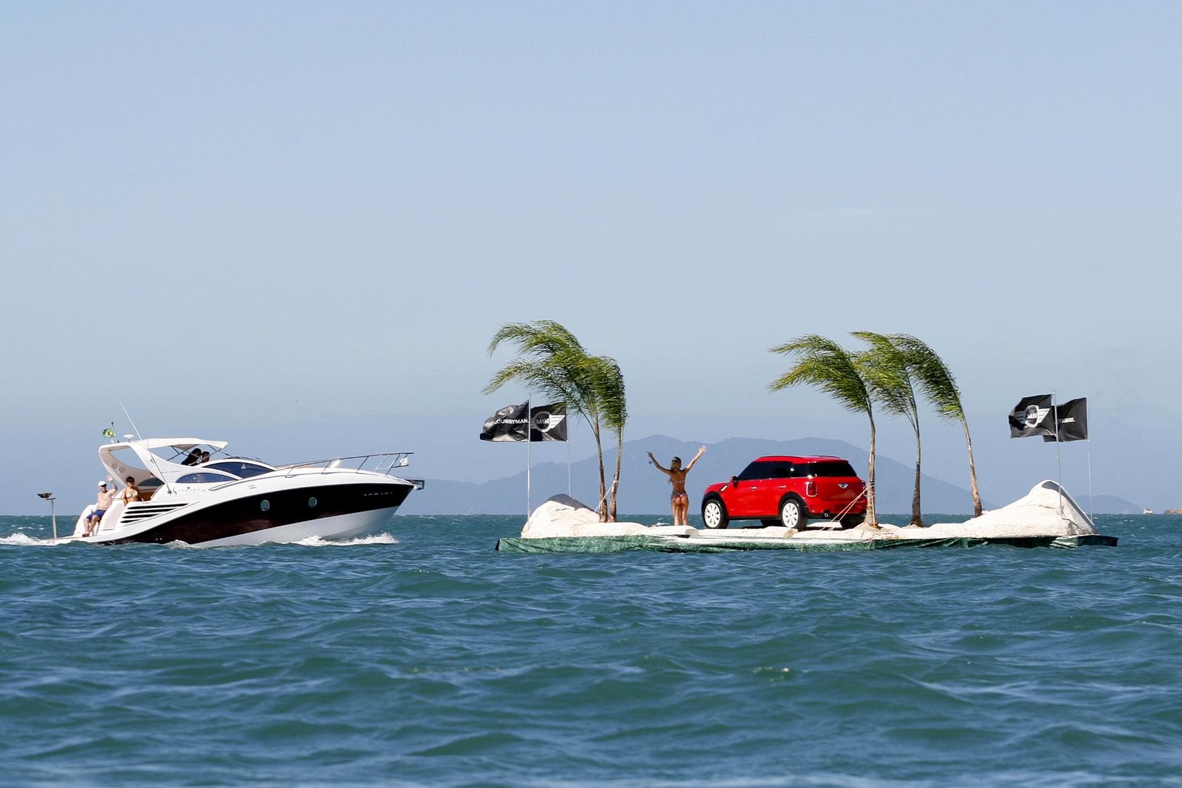 Intervenção urbana Ilha Mini na praia Jurere Internacional em Florianópolis.