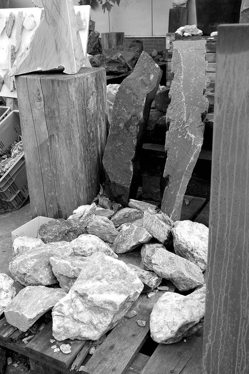 Pallets vol met stenen