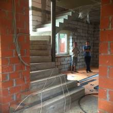 Монолитная Г-образная лестница