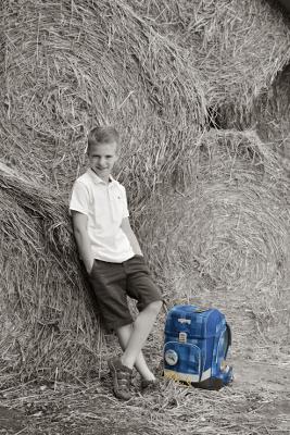 Einschulungsportrait Junge mit Schulmappe