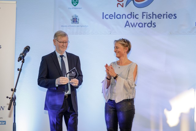"Bárður Hafsteinsson, Managing director of Skipataekni receiving ""Overall outstanding Supplier"" Awards at IceFish."